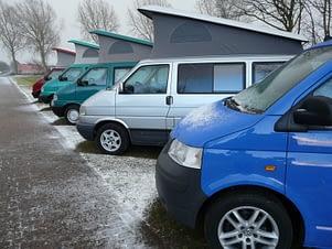 Drie campers in de winter